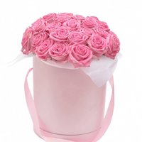 Композиция с розами в шляпной коробке