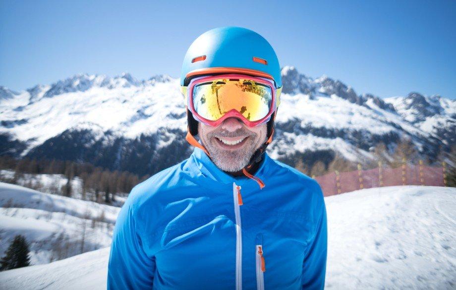 Горнолыжный шлем — важнейший элемент горнолыжной и сноубордистской  экипировки. Он нужен для защиты головы и шейных позвонков и снижает риск  получения ... b26b7ce386f