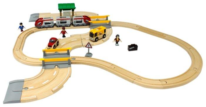 железная дорога Brio Стартовый набор из 33 элементов с переездом и станцией, 33209
