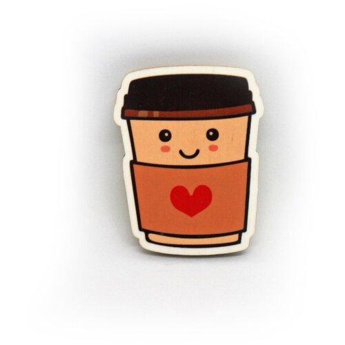 Значок деревянный PaperFox Кофе в стакане и сердце с любовью. Пин бижутерия, брошь женская, детская для девочки. Подарок сувенир женщине, другу, парню, маме, подруге, на день рождения коллеге, девушке, любимому мужу, коллеге, ребенку, бариста. 43 Х 39 мм.