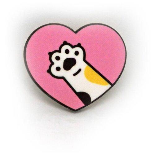 Значок деревянный PaperFox Лапка котика и Сердце, пин бижутерия, брошь женская, детская для девочки, мальчика. Подарок сувенир женщине, другу, парню, маме, подруге, на день рождения коллеге, девушке, студенту, любимому мужу. Цвет: розовый. 40 Х 39 мм.