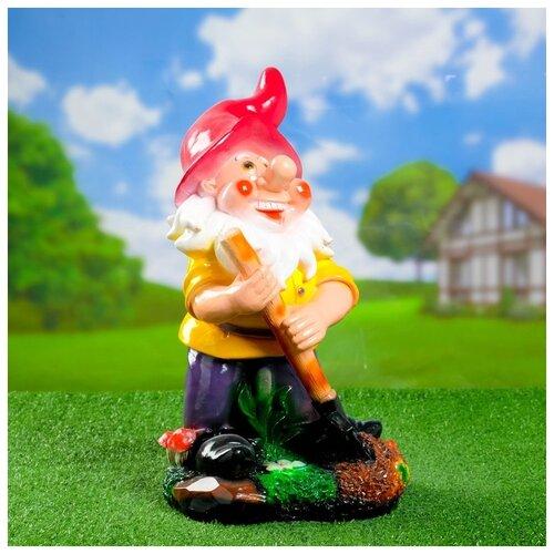 Садовая фигура Гном с лопатой на подставке 26х24х42см 628332