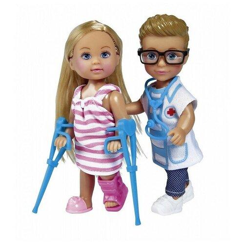Фото - Набор кукол Simba Еви и Тимми на приеме у доктора, 12 см, 5733344 набор кукол simba еви с малышом на прогулке розовая коляска 12 см 5736241 2