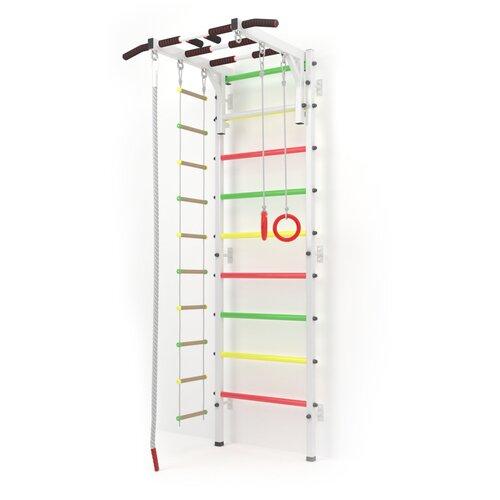 Шведская стенка для дома Athleus Атлет P-13 с турником-рукоходом, канатом, гимнастическими кольцами и верёвочной лестницей. Цвет — белый. Ступени — трёхцветные (светофор). Для детей от 3 лет.