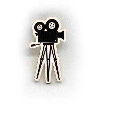 Значок деревянный PaperFox Киноокамера ретро. Бижутерия пин, брошь женская, детская для девочки, милый подарок другу, маме, подруге, на день рождения девушке, парню, любимому мужу, детский сувенир, коллеге, режиссеру, видеооператору, актеру. 45Х25мм