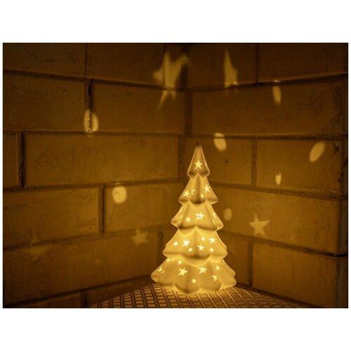 Светящаяся новогодняя статуэтка елка снежный крем, керамика, белая, тёплый белый LED-огонь, 17х10 см, батарейки, Sigro