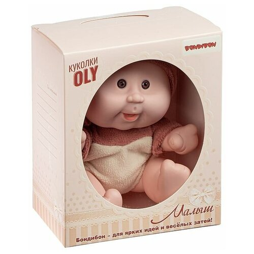 Фото - Кукла малыш Oly толстощёкий с улыбкой, Bondibon, размер 8, коричн.костюм, ВОХ 17,8х14,5х10,3 см, ар мягкие игрушки bondibon кукла oly ника 26 см