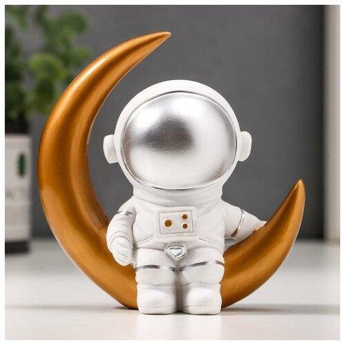 Сувенир полистоун Астронавт на месяце 11,5х11х5,5 см 4645737