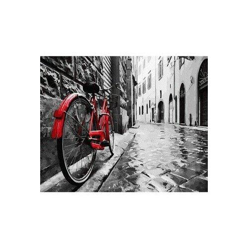 Красный велосипед в старом городе