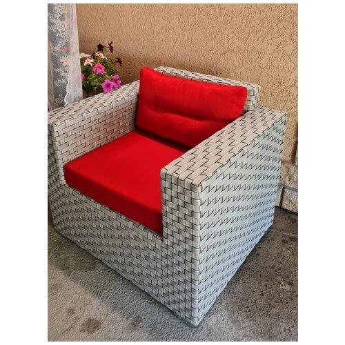 Кресло Престиж, плетеное из искусственного ротанга серый широкий с подушками красного цвета