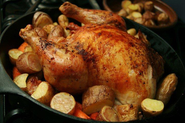Готовим целую курицу в духовке с картошкой