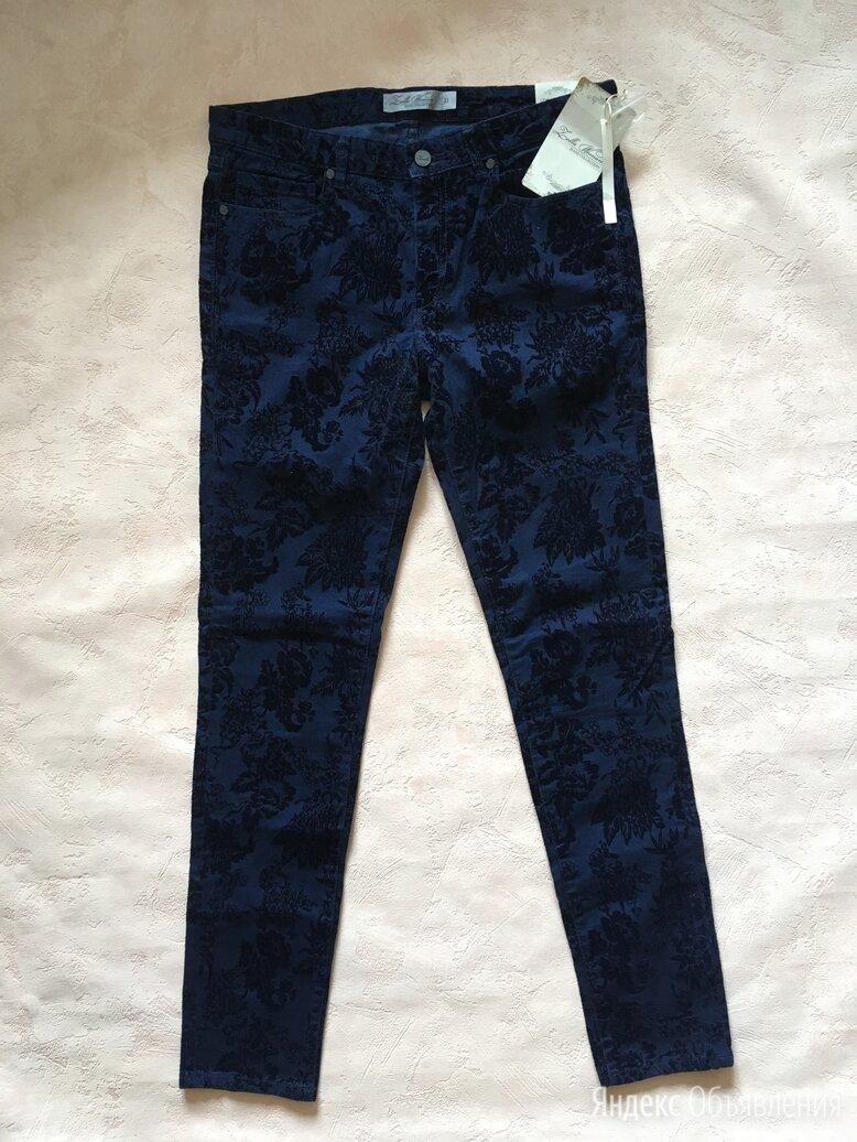Брюки джинсы женские тёмно-синие с бархатными цветами с биркой по цене 2490₽ - Брюки, фото 0
