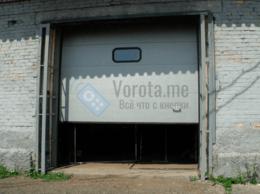 Заборы и ворота - Секционные промышленные ворота с небольшим окном, 0