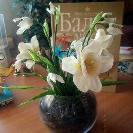 Статуэтки и фигурки - Весенние цветы в стеклянной вазе, 0