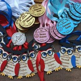Украшения и бутафория - Деревянные именные медальки совы на выпускной в детском саду или первоклассникам, 0