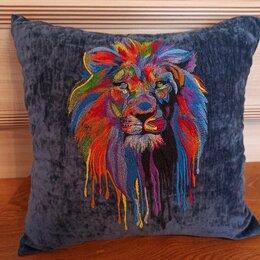 Декоративные подушки - Лев на темном. Декоративная подушка с машинной вышивкой., 0
