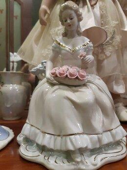 Статуэтки и фигурки - Фарфоровая статуэтка дама с розами, 0