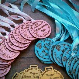 Украшения и бутафория - Цветные деревянные именные медальки на выпускной в детском саду, 0