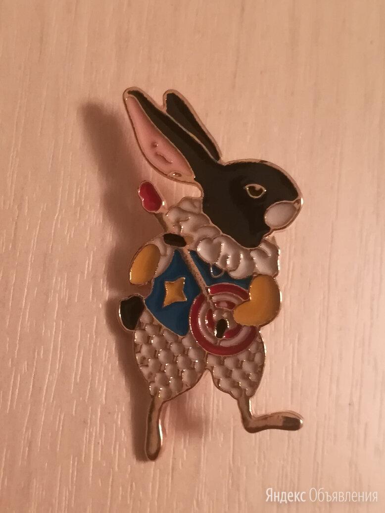 Брошка пин в виде кролика с лютней по цене 150₽ - Броши, фото 0