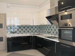 Комплектующие - Черно-белая угловая кухня с белой столешницей…, 0