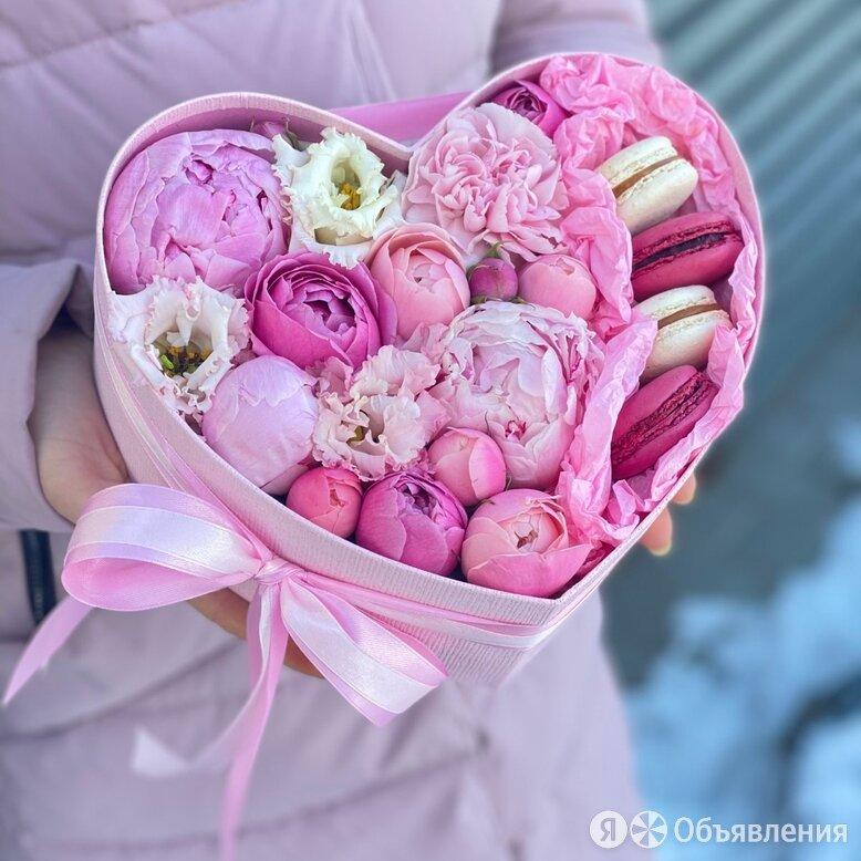 Коробка Стрела Амура из пионов и пионовидных кустовых роз по цене 2400₽ - Цветы, букеты, композиции, фото 0