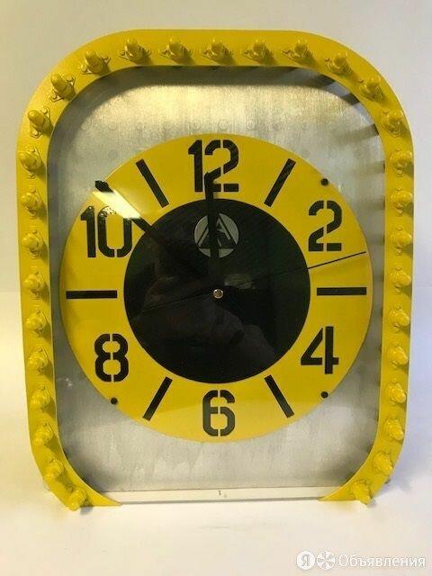 Брутальные настольные часы из фюзеляжа самолёта BombardierCRJ200 по цене 42222₽ - Часы настольные и каминные, фото 0
