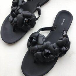 Шлепанцы - Новые черные сланцы шлепанцы с цветами. Бренд. На 36 размер. Стелька - 23,5 см., 0