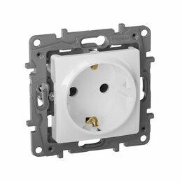 Электроустановочные изделия - Розетка Legrand Etika 16A, с заземлением, 0