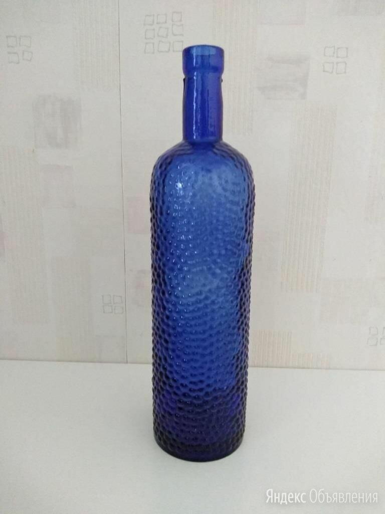 Темно-синяя стеклянная бутылка с рифленой поверхностью по цене 800₽ - Этикетки, бутылки и пробки, фото 0