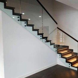 Лестницы и элементы лестниц - Цельностеклянные перила лестницы отделанной дубом, 0