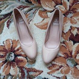 Туфли - Туфли бежевые глянцевые на небольшом каблуке,сзади на каблуке есть потертость, 0