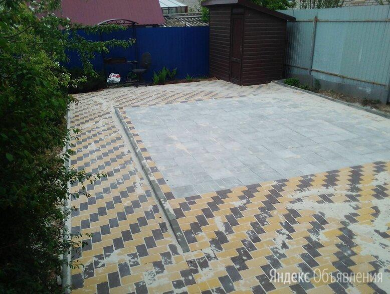 Квадратная тротуарная плитка во дворе по цене 300₽ - Тротуарная плитка, бордюр, фото 0