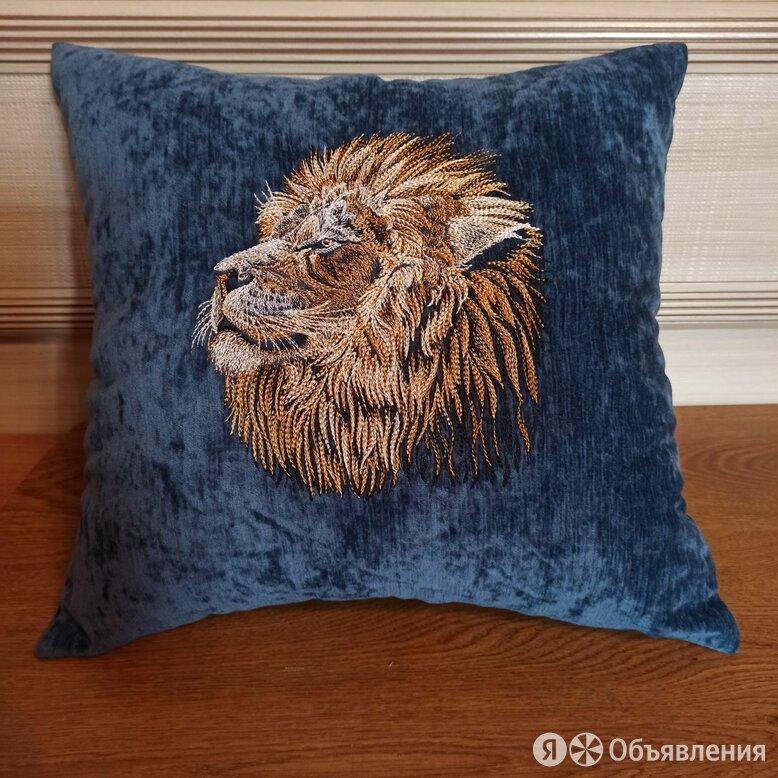 Декоративная подушка с машинной вышивкой по цене 1600₽ - Декоративные подушки, фото 0
