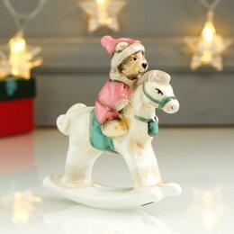 """Новогодние фигурки и сувениры - Сувенир керамика """"Медвежонок в розовом наряде на лошадке-качалке"""" 11,5х3х10,6 см, 0"""