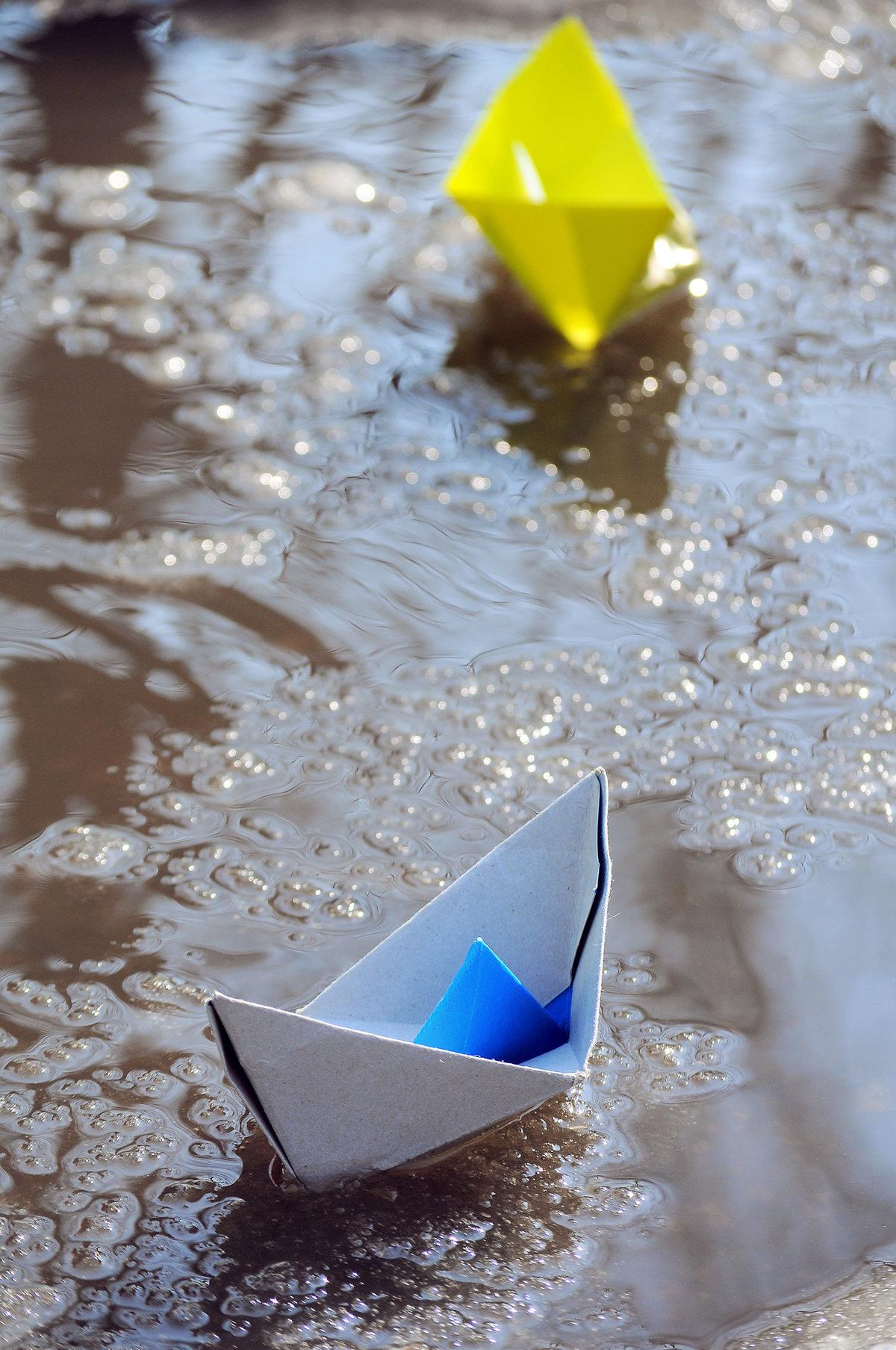 обои интерьере картинка бумажный кораблик в ручейке нотку картине