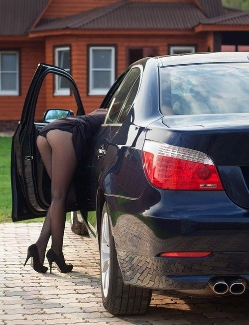 Делает минет девушка нагнулась в багажник фото кусает грудь