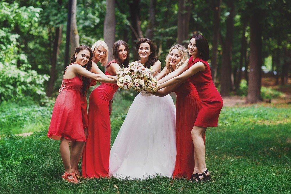 Фото невеста с дружкой фото халат