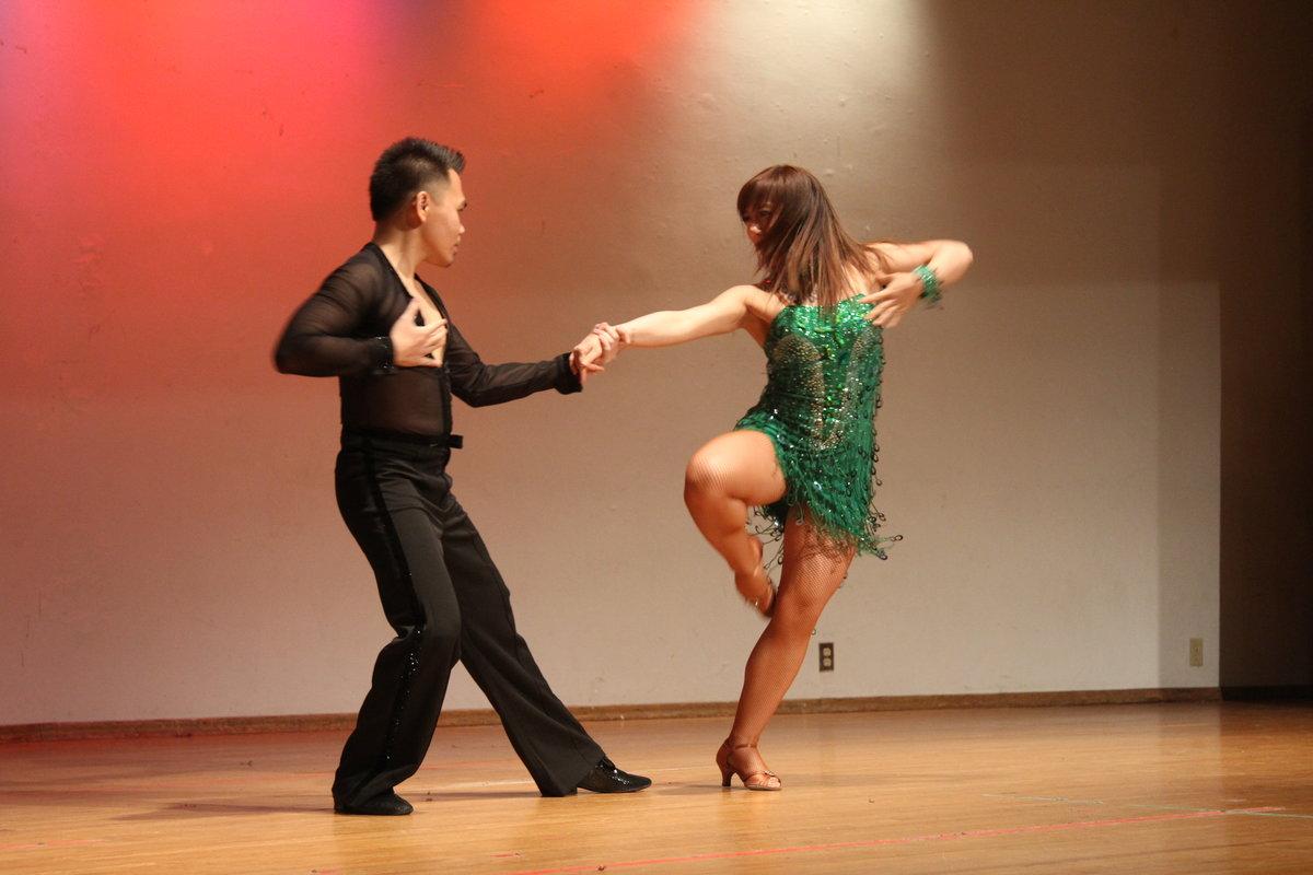 latinos-lyubitelskie-parnie-tantsi-video