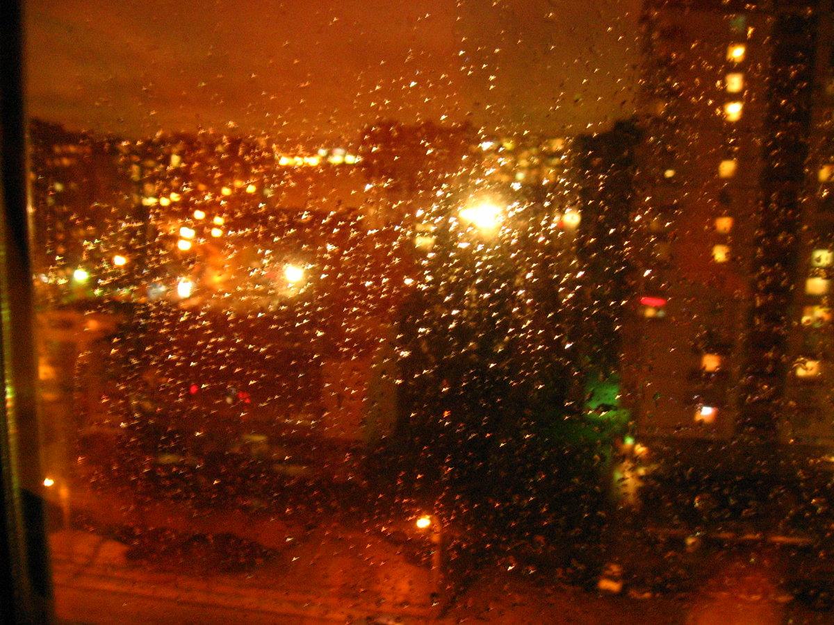 Фото дождя за окном в городе