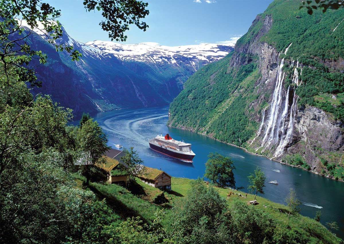 Туристический корабль проходит в ущелье реки в Норвегии льётся водопад фотография очень красивая