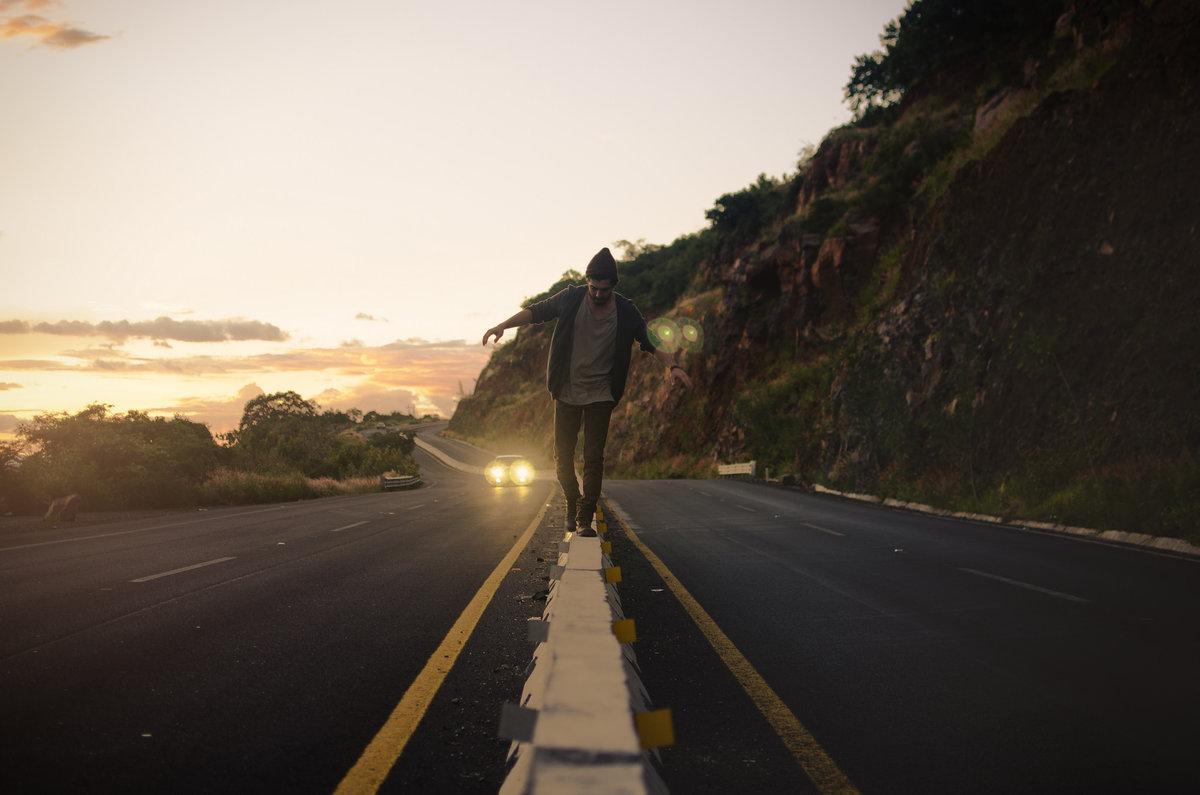 фото парень идет по дороге выделена одна ячейка