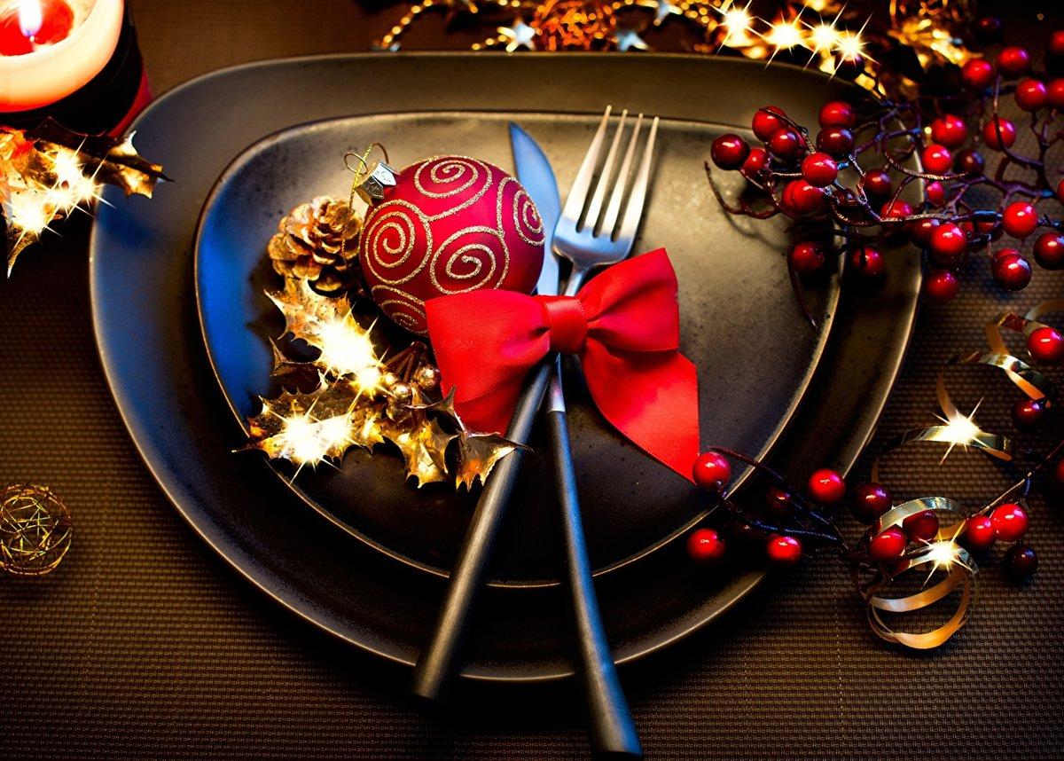 Рождественская сервировка с черной посудой необычной формы
