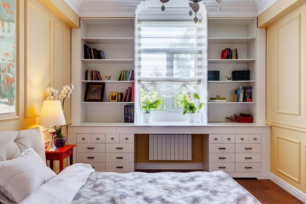 встроенные шкафы вокруг окна