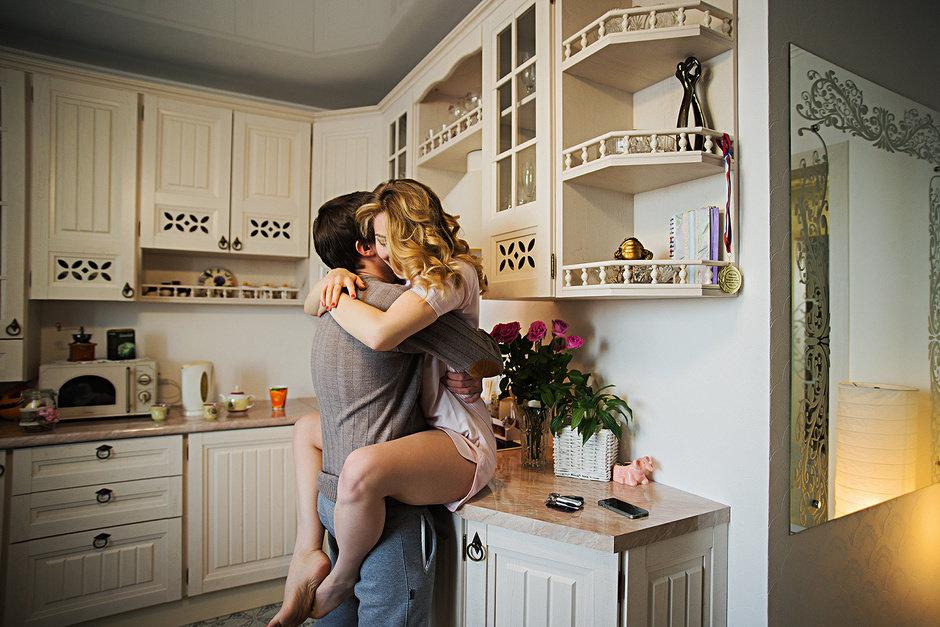 Влюбленные дома на кухне видео