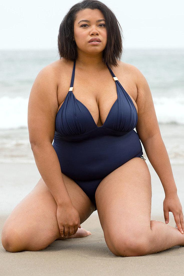 Эротический толстая женщина в купальнике грудь