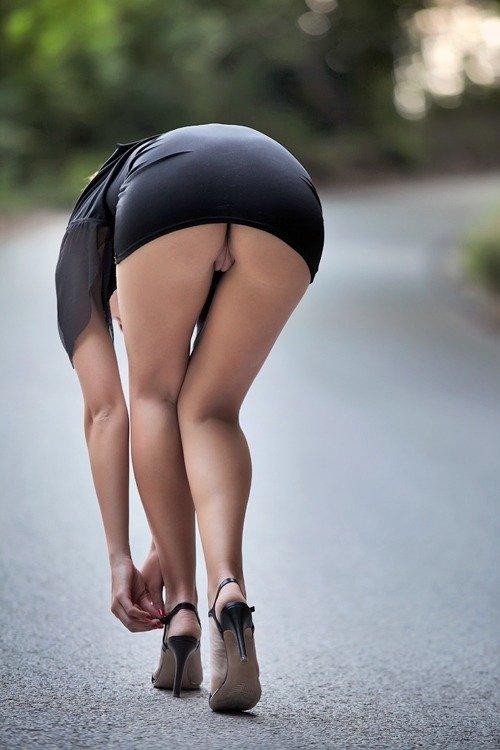 Лесбиянки фото голая жопа юбкой