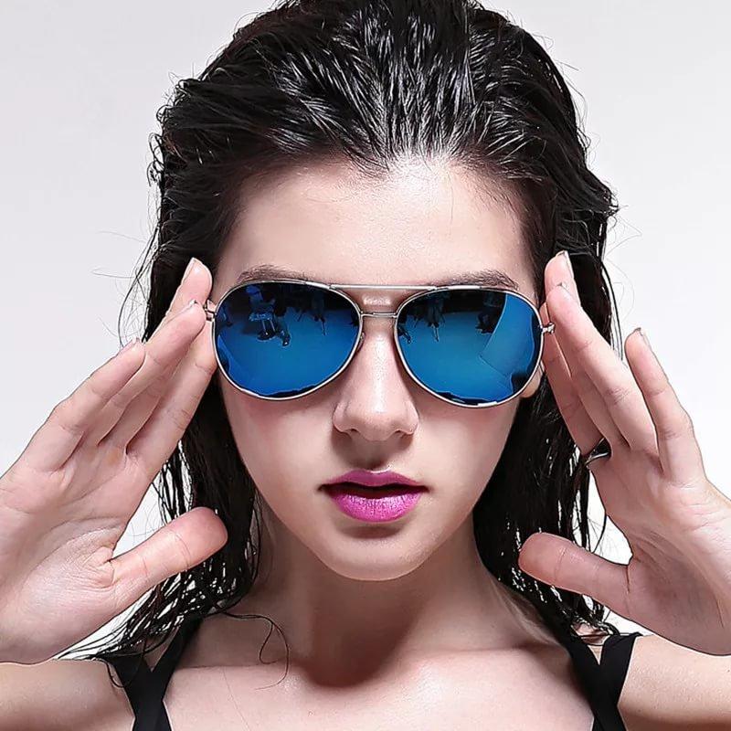 Картинки девушка в очках черных точек