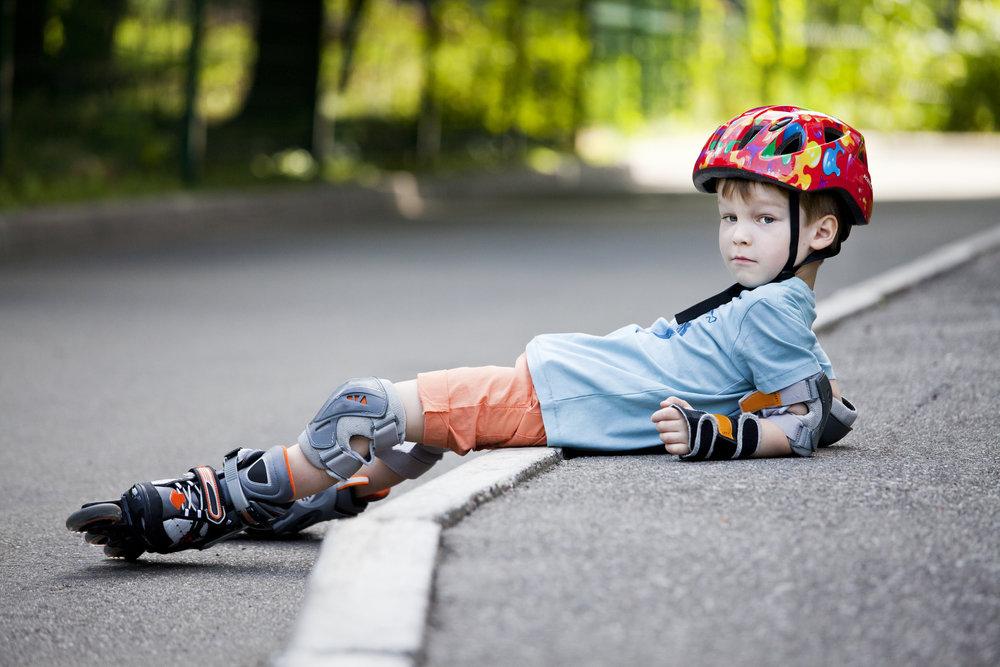 Смешная картинка мальчик на роликах, эффектом открытки