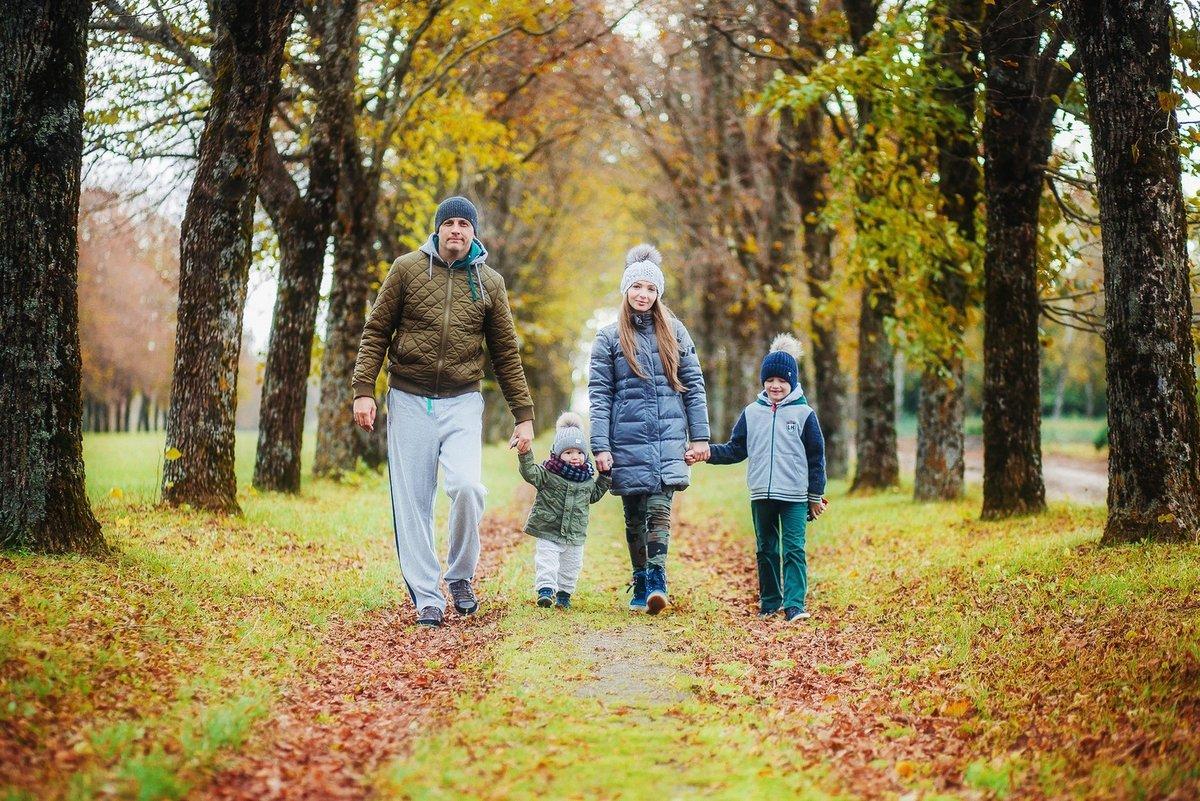 картинка прогулка семьи в осеннем парке их, уже