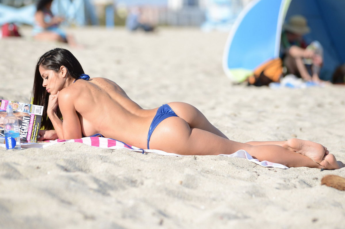girl-toppless-on-beach